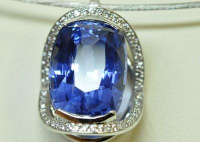 Pendentif saphir diamants monté sur un collier or blanc