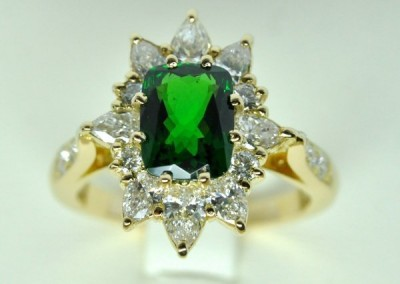 Bague or jaune,  grenat tsavorite au centre et diamants en entourage