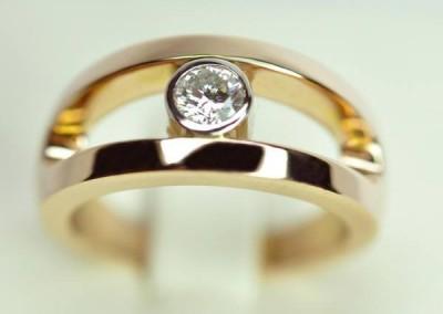 Jonc épure or rose et diamant de centre serti sur platine