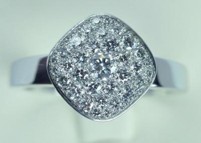Bague coussin carré  pavage diamants  or blanc