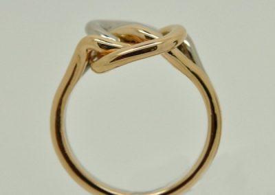 Bague amoureuse en forme de noeud. Or rose, or blanc – 1/2