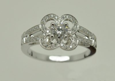 Bague fleur, diamants or blanc épure 1/2