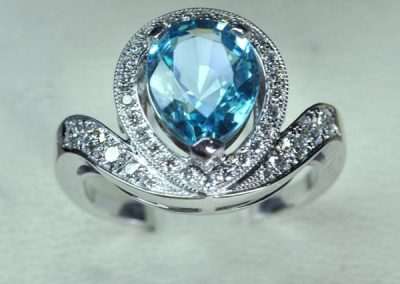 Bague or blanc, zircon bleu diamants