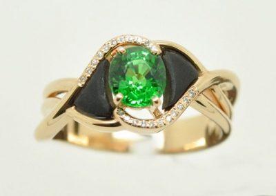 Bague or rose. Grenat tsavorite au centre, diamants et ébène.