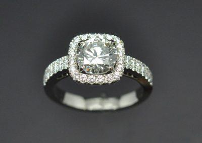 Bague platine diamants.