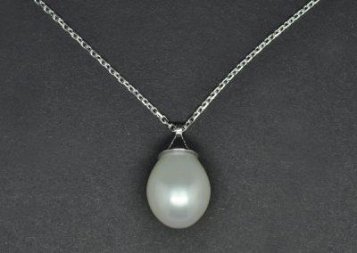 Pendentif perle poire montée sur or blanc