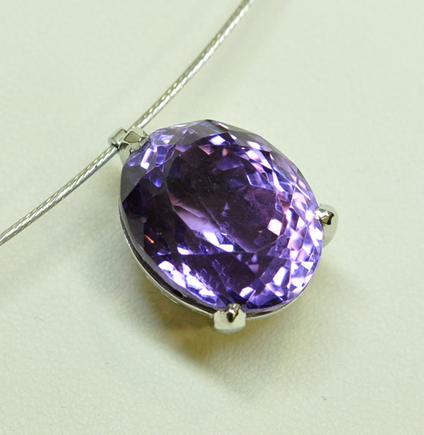 Amethyst pendant with 3 white gold claws