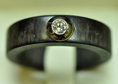 Bague homme en ébène,  diamant serti dans une pastille d'or blanc
