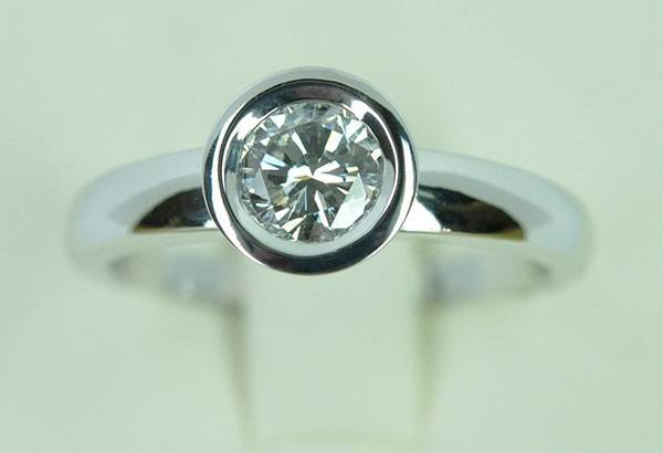 Solitaire diamond with set white gold tire
