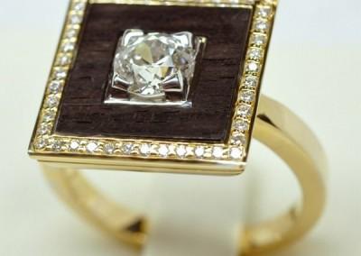 Bague diamant or jaune avec chaton or blanc, au centre une découpe dans de l'ébène