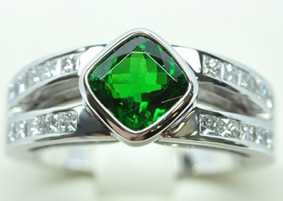 Bague grenat tsavorite diamants princesses monté sur or blanc