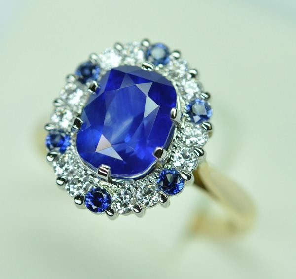 Royal blue sapphire and diamonds ring, platinum yellow gold