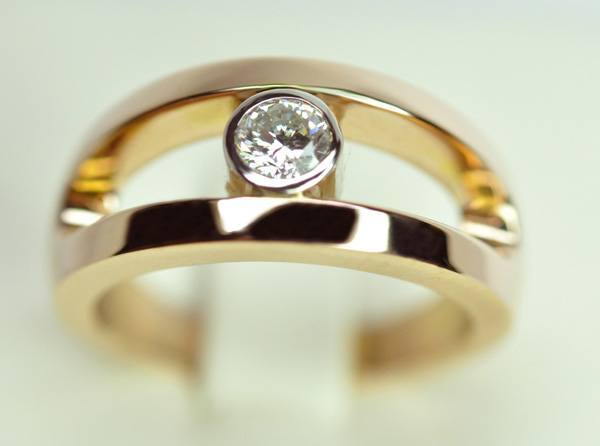 Pink gold and center diamond ring set with platinum
