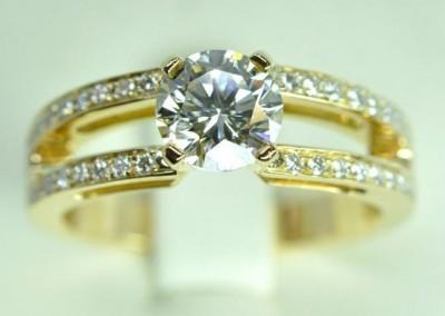 Solitaire diamant accompagné, monté sur or jaune