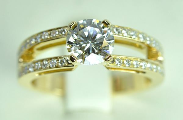 Solitaire diamond accompanied, mounted on yellow gold
