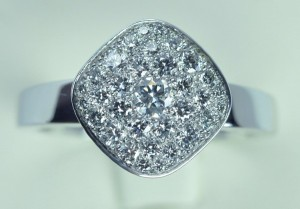 Bague coussin carré pavage diamants or blanc