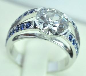 Bague diamant or blanc. Palmettes serties de 4 lignes de saphirs taille diamant