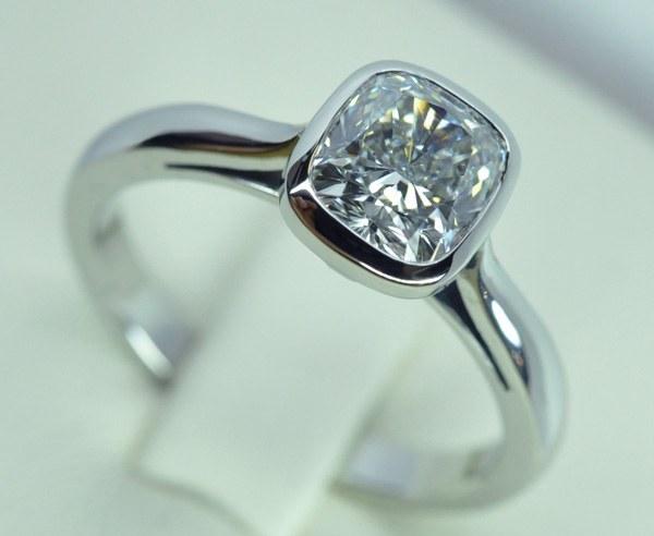 Solitaire platine. Diamant coussin monté sur platine serti clos.