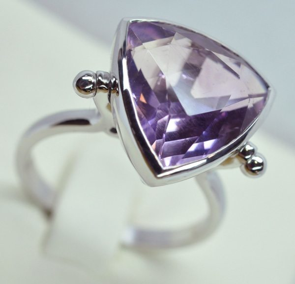 Amethyst ring shape troïdia setting white gold
