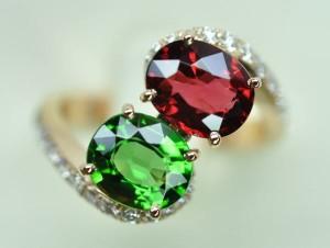 Bague tourmaline chromifère et spinel rouge. Monture or rose diamants