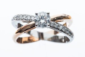 Solitaire accompagné, platine or rose diamants