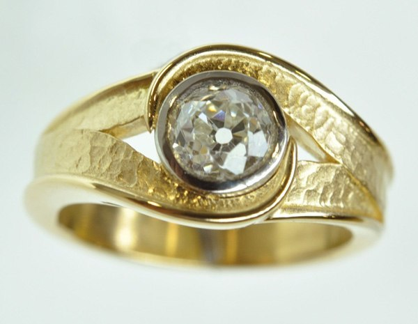 Love ring with yellow gold tracery