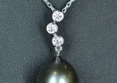 Pendentif perle de Tahiti, chute de diamants désaxés