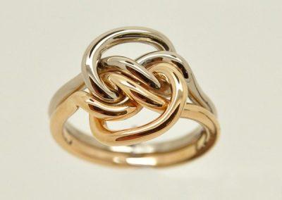 Bague amoureuse en forme de noeud. Or rose, or blanc – 2/2