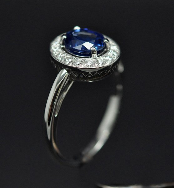 Diamond sapphire entourage ring mounted on white gold – 2/3