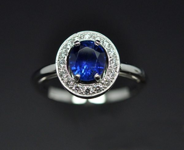 Diamond sapphire entourage ring mounted on white gold 1/3