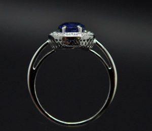 Bague entourage saphir diamants montée sur or blanc