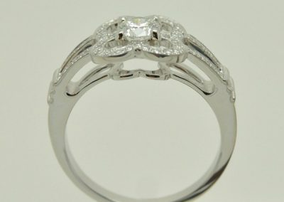Bague fleur, diamants or blanc épure 2/2