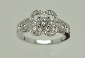 Bague fleur, diamants or blanc épure