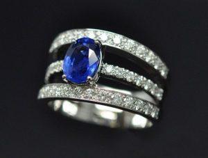 Bague saphir diamants 3 anneaux. Serti château et serti grains