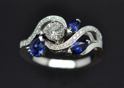 Bague saphirs diamants montée sur or blanc.