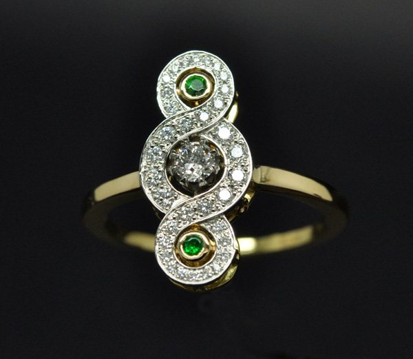 Bague de style ancien. Diamants, grenats tsavorites platine or jaune
