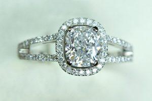 Diamant coussin, entourage diamants. Monture platine