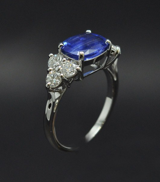 White gold frame ring with sapphire diamonds