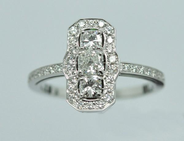 Bague allongée. Trois diamants formes coussin