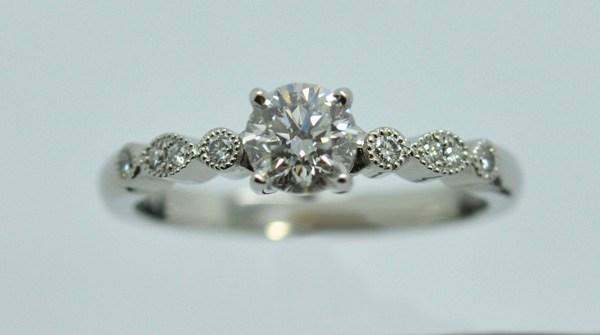 Solitaire platine accompagné de 6 petits diamants