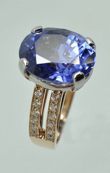 Sapphire ring with platinum rose gold frame and diamonds