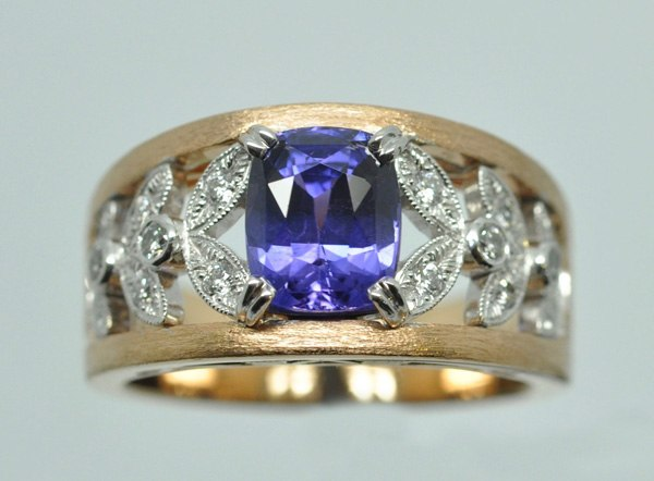 Sapphire ring with color change. White gold and pink gold and diamonds frame.