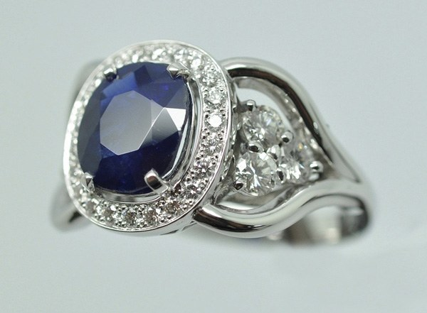 Diamond sapphire ring mounted on white gold