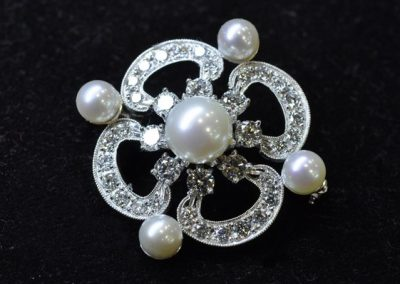 Broche or blanc diamants et perles