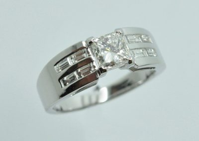 Bague diamants baguettes et diamant princesse.