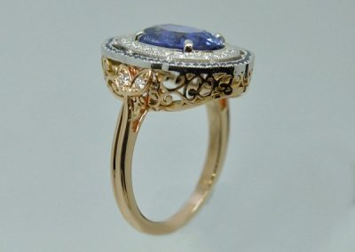 Saphir de Ceylan avec entourage de petits diamants