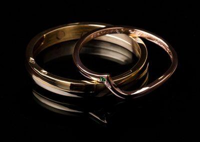 Alliance « suis moi » épousant la forme de la bague de fiançailles. Serti d'un diamant et d'un grenat vert