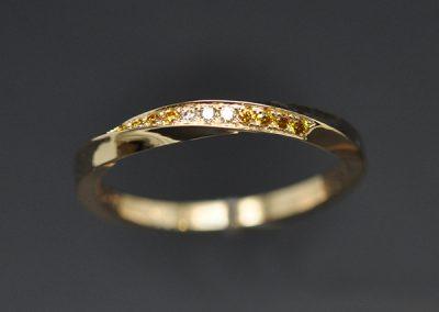Alliance Mobius femme. Monture or rose et diamants jaunes et blancs