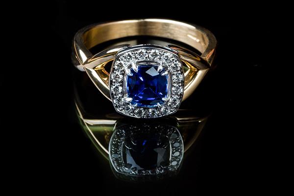 Bague « Entrelas »  Monture or rose, or blanc palladié saphir diamants
