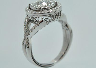Bague « Princesse » sertissage d'un centre illusion. Panier volutes et pavage diamants. Monture or blanc palladié. (1/2)